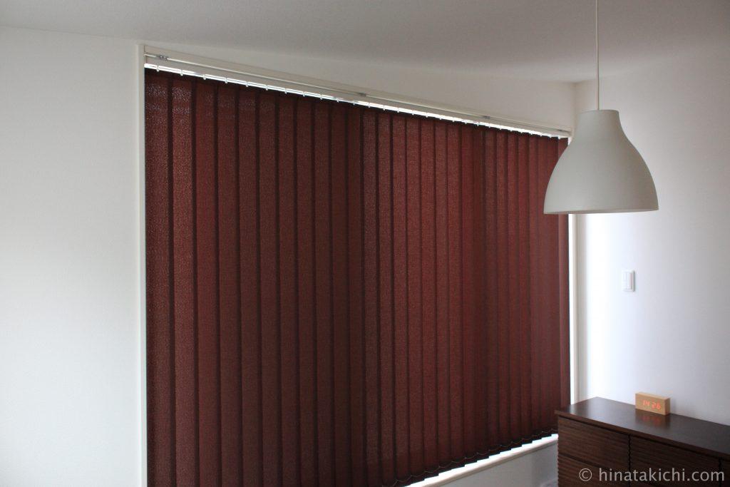 寝室のディープマホガニーのニチベイ縦型ブラインド