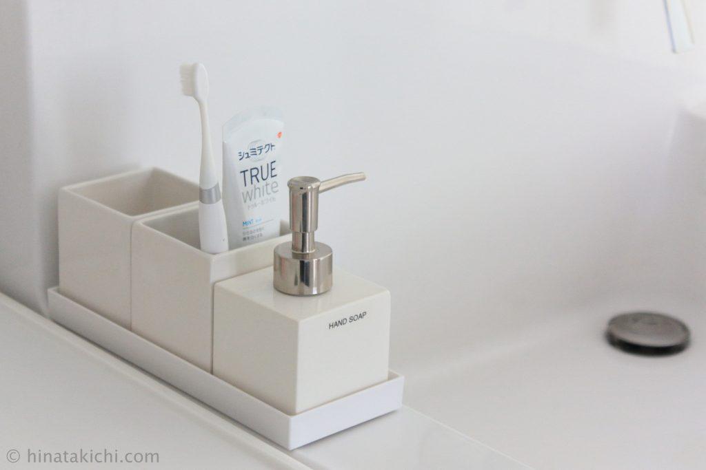 洗面所のハンドソープの詰め替え容器と歯ブラシ立て