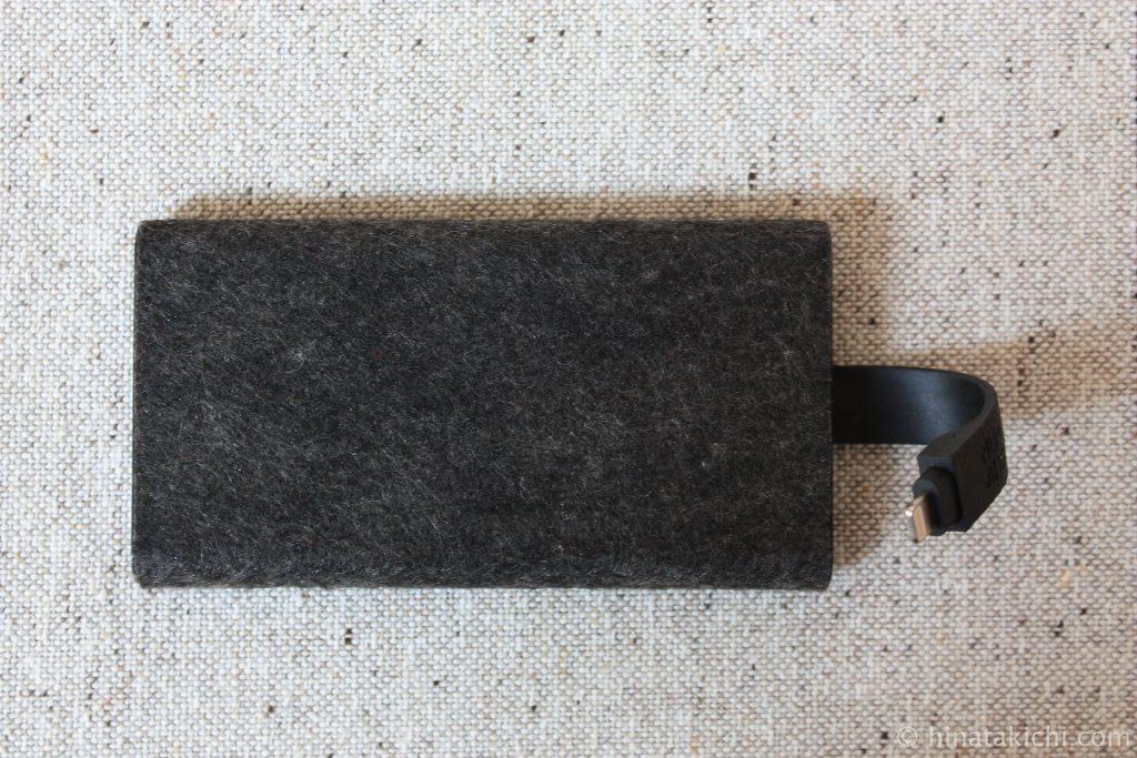 iPhone充電用のLightningケーブルが一体化した薄型のモバイルバッテリーNuAns TAGPLATE