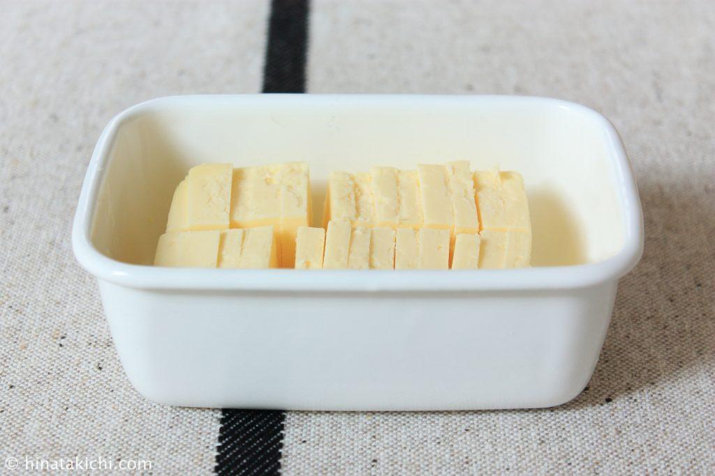 野田琺瑯のレクタングル深型Sサイズにバターを保存