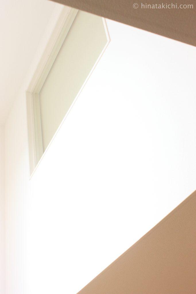 REDECKERのはたきで高窓の桟の掃除